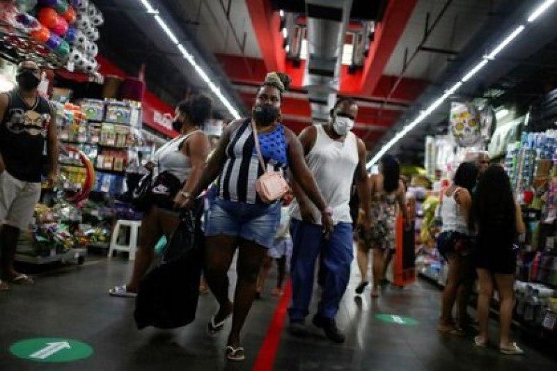 Foto de archivo de gente con mascarillas en el Mercadao de Madureira en Rio de Janeiro.  Jun 17, 2020. REUTERS/Pilar Olivares