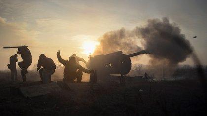 Militares ucranianos disparan un obús junto a la población de Novoluhanske, en el área de Donetsk, Ucrania. EFE/ Markiian Lyseiko/Archivo