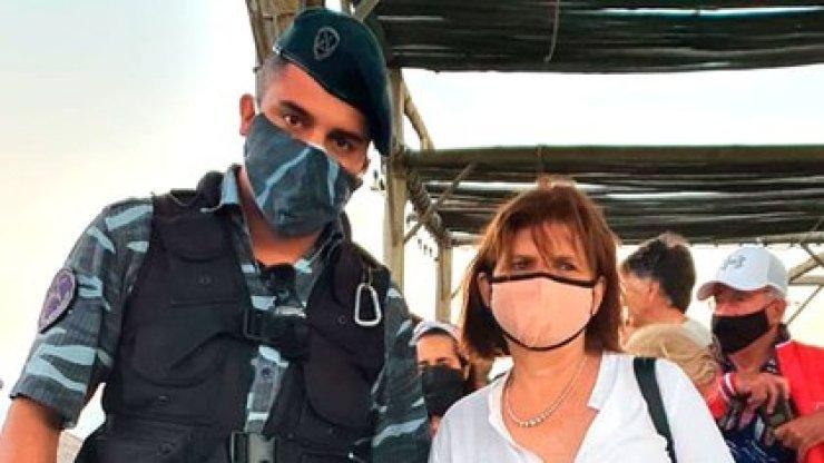 Patricia Bullirch, presidenta del PRO, recibe muestras de apoyo de parte de algunos integrantes de las fuerzas de seguridad (@tomaassantos)