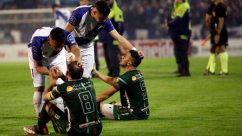 Los futbolistas de Alvarado consuelan a los de San Jorge en el último gran escándalo: la final por el ascenso a la B Nacional (Foto: Télam)