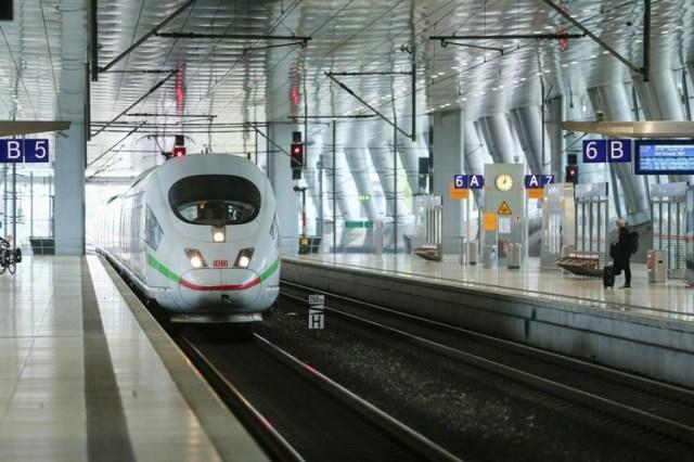 La estación de metro en el aeropuerto de Frankfurt, prácticamente vacía por la pandemia (REUTERS/Ralph Orlowski)