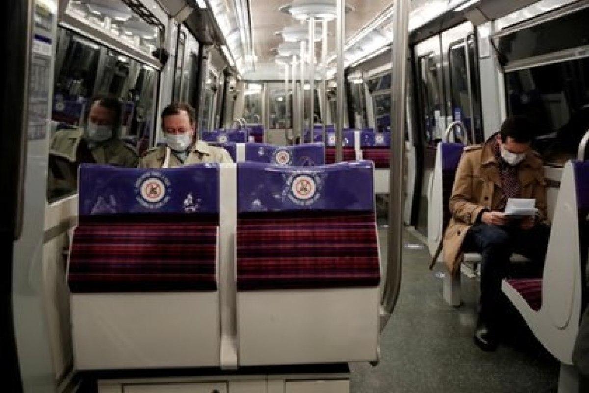 Gente usando mascarillas en el metro de París, Francia, durante el nuevo confinamiento (COVID-19).  REUTERS/Benoit Tessier/File Photo
