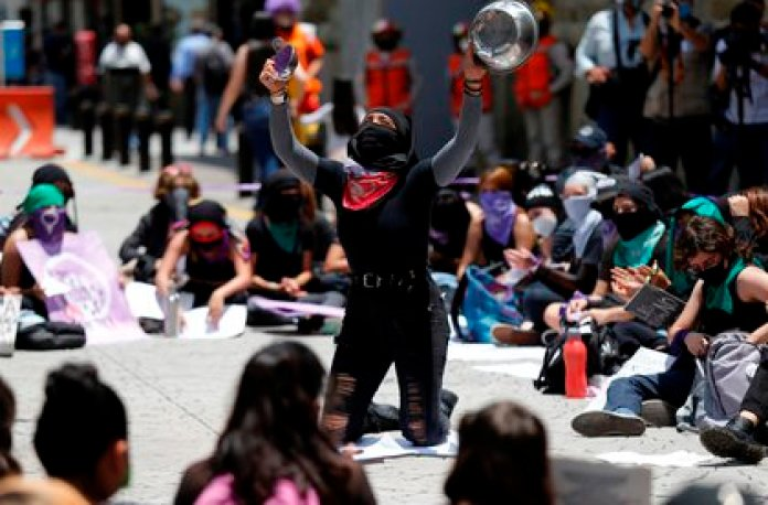 """The protest was called by the Mexican collective Aquelarre Radical with the intention of making public """"the abuses"""" to which girls and boys are subjected throughout the country, said Rubí, one of its spokespersons.  (Photo: EFE)"""
