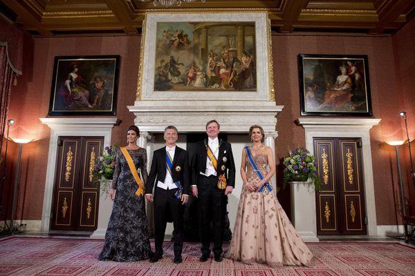 La reina consorte optó por un diseño con escote corazón strapless (AP Photo/Peter Dejong)