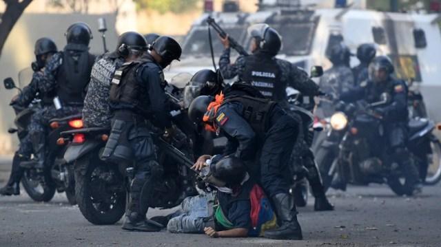 LaPolicía Nacional Bolivariana en un operativo represivo (Photo by Federico PARRA / AFP)