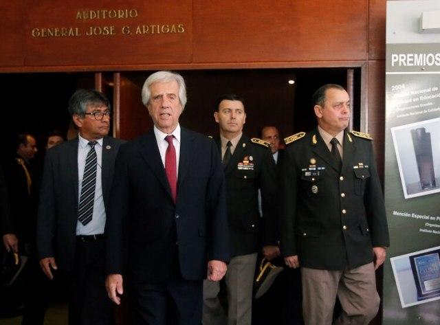 El presidente Tabaré Vázquez sale de la ceremonia junto a Feola (Reuters)