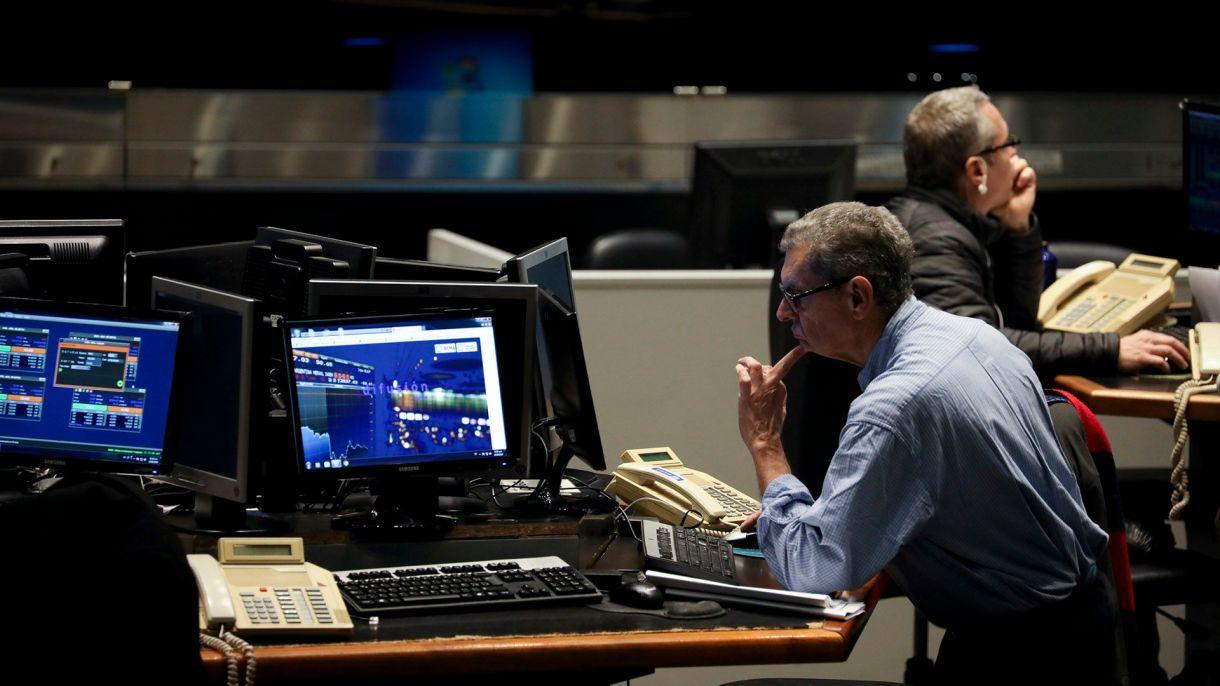 La nueva normativa dificulta las operaciones con los bonos en dólares. (AP)