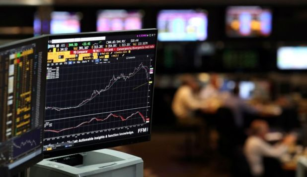 Una pantalla muestra un gráfico mientras los operadores trabajan en  la Bolsa de Comercio de Buenos Aires. Argentina. Foto de archivo Mayo 9, 2018. REUTERS/Marcos Brindicci