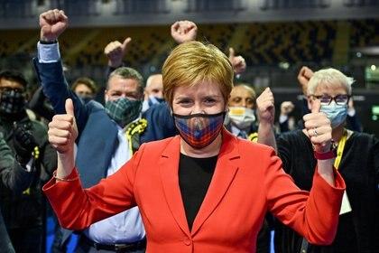 La primera ministra escocesa Nicola Sturgeon celebra después de ser declarada ganadora del puesto de Glasgow Southside en el centro de conteo de Glasgow en el Emirates Arena en Glasgow, Escocia, Gran Bretaña, el 7 de mayo de 2021. Jeff J Mitchell / Pool via REUTERS