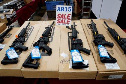 Rifles AR-15 expuestos en oferta en Oaks, Pennsylvania, Estados Unidos.  REUTERS/Joshua Roberts/File Photo