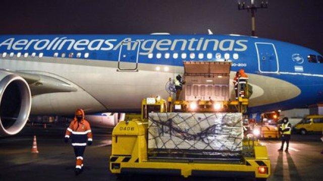 El Airbus de Aerolíneas Argentinas carga el envío de vacunas Sputnik V en el aeropuerto de Moscú