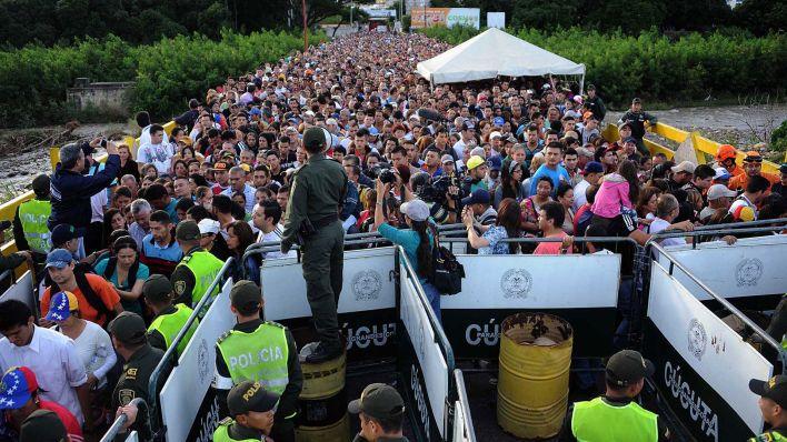 Miles de venezolanos cruzan a Colombia para escapar de la crisis que golpea a su país