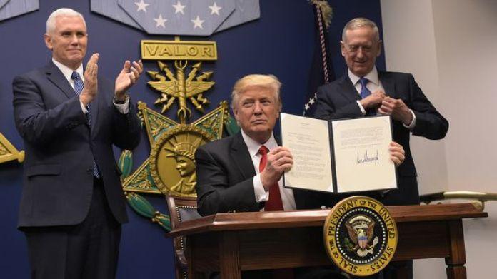 Donald Trump firmó el decreto que frena el ingreso de refugiados a EEUU (AFP)