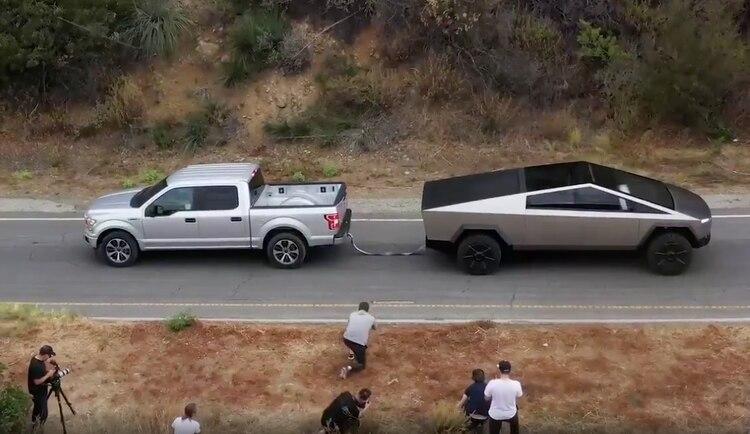 La Cybertruck de Tesla tirando de la cuerda contra la Ford F-150
