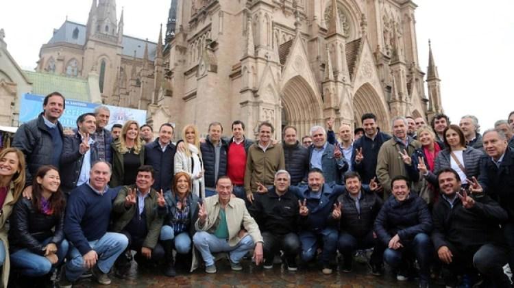 Parte de los dirigentes peronistas que acompañaron a los Moyano a Luján