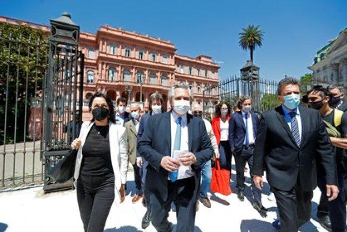 Alberto Fernández junto a Sergio Massa y Vilma Ibarra caminan al CCK para el homenaje a Néstor Kirchner