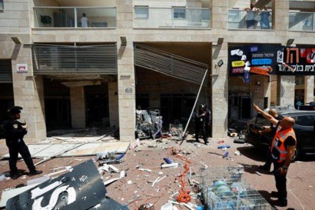 La policía israelí trabaja en el lugar donde un cohete lanzado desde la Franja de Gaza golpeó un complejo comercial en Ashkelon. (REUTERS / Amir Cohen)