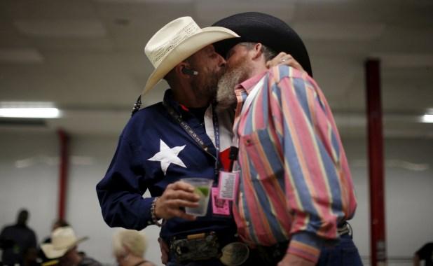 """Gordon Satterly, de 61 años, de Michigan (izq.) besa a su esposo Richard Brand, de 53 años, de Texas, en la fiesta """"Rodeo In the Rock"""", de la """"International Gay Rodeo Association"""" en Little Rock, Arkansas, el 24 de abril de 2015 (REUTERS/Lucy Nicholson)"""