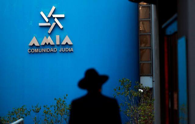 Un hombre entra a la sede de la Asociación Mutual Israelita Argentina (AMIA) en Buenos Aires (Argentina). EFE/David Fernández/Archivo