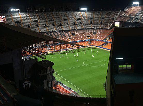 En España el fútbol regresaría sin público (AFP)
