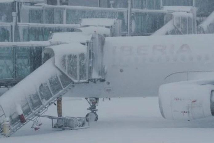El aeropuerto de Barajas suspendió sus operaciones (REUTERS/Susana Vera)