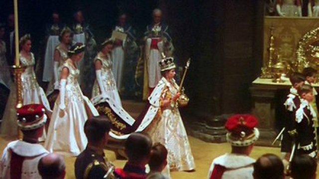 En una ceremonia televisada, celebrada en la Abadía de Westminster, en Londres, Isabel II ascendió al trono