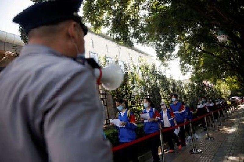 """Estudiantes hacen fila para ingresar a la escuela en la que realizarán el examen de acceso a la universidad o """"gaokao"""" en julio en Beijing (REUTERS/Carlos Garcia Rawlins)"""