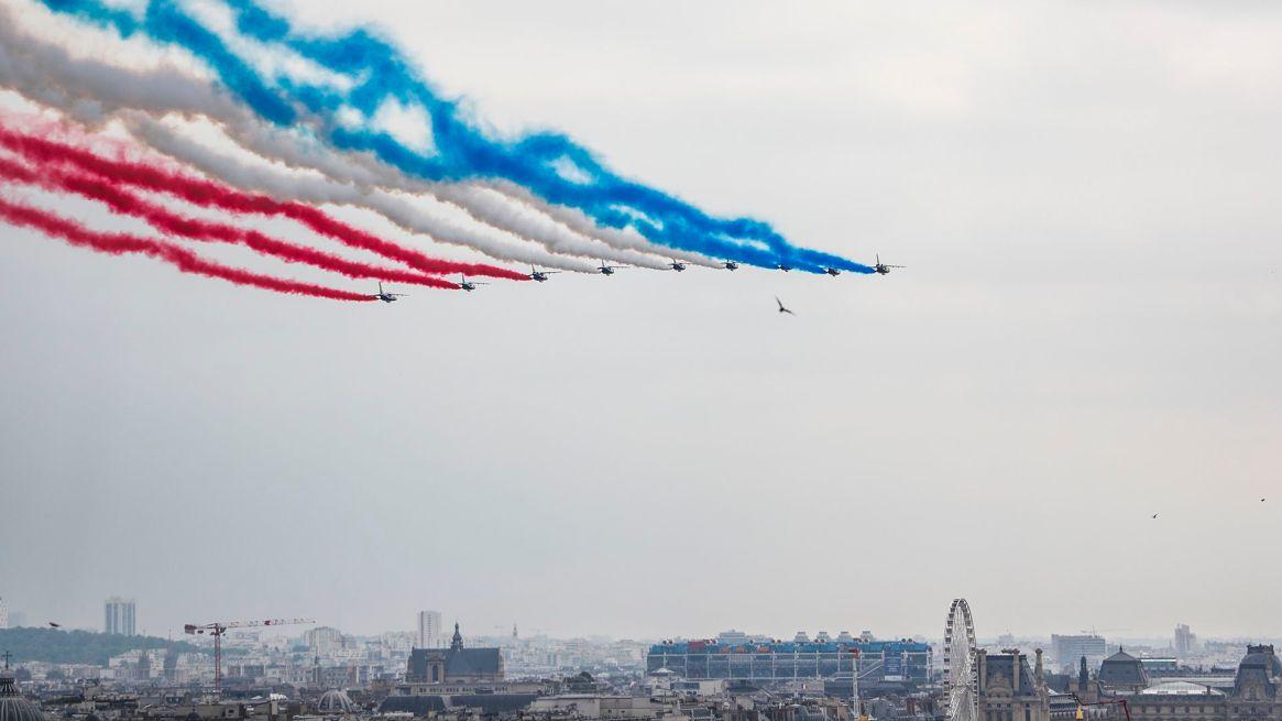 La Patrouille de France dibuja los colores de la bandera en el cielo (AFP)