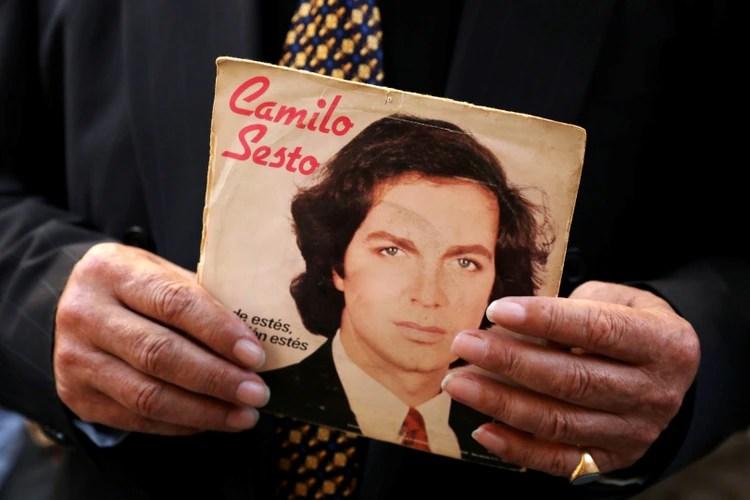 Un fan sostiene en sus manos un álbum del cantante español Camilo Sesto durante el sepelio (Foto: Reuters/Susana Vera)