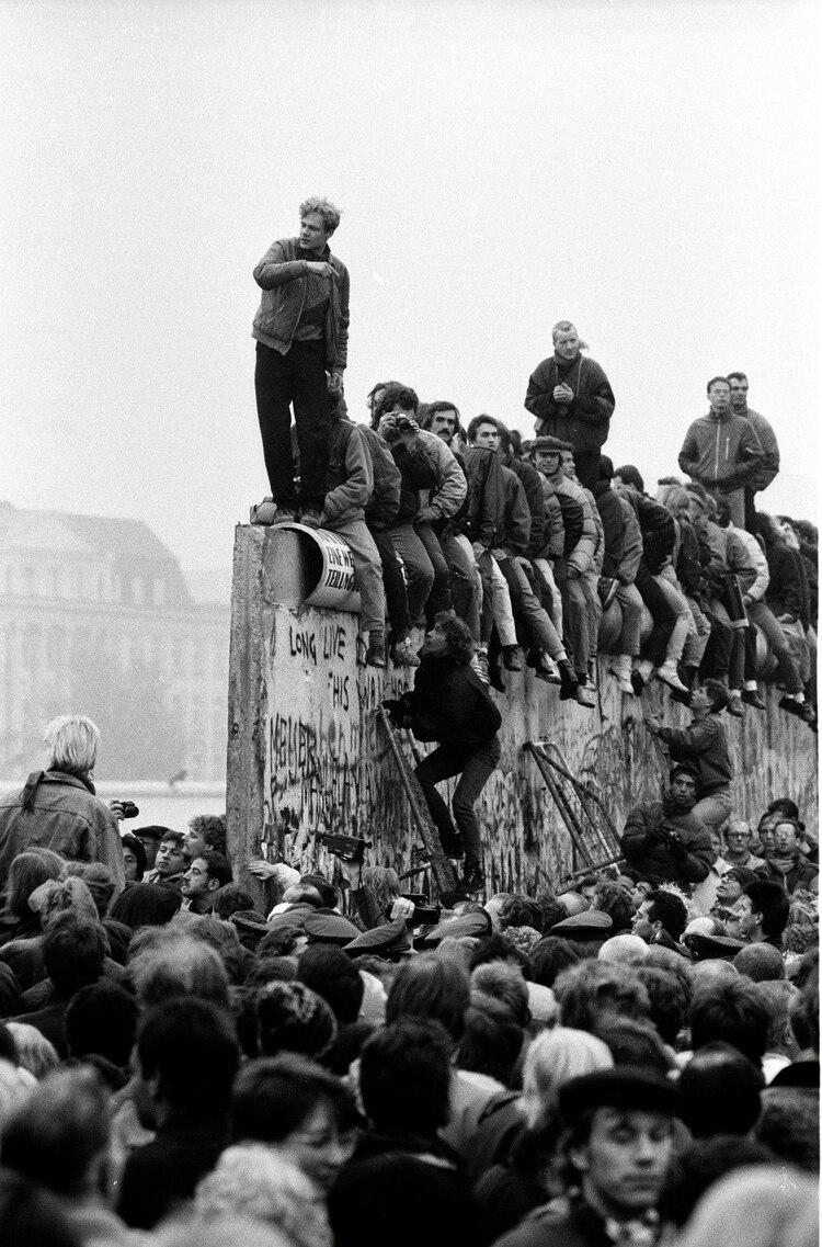 El 12 de noviembre de 1989 Erik Roßbander trepó el Muro y se transformó en un símbolo de la reunificación alemana (Peter Horvath/Shutterstock)