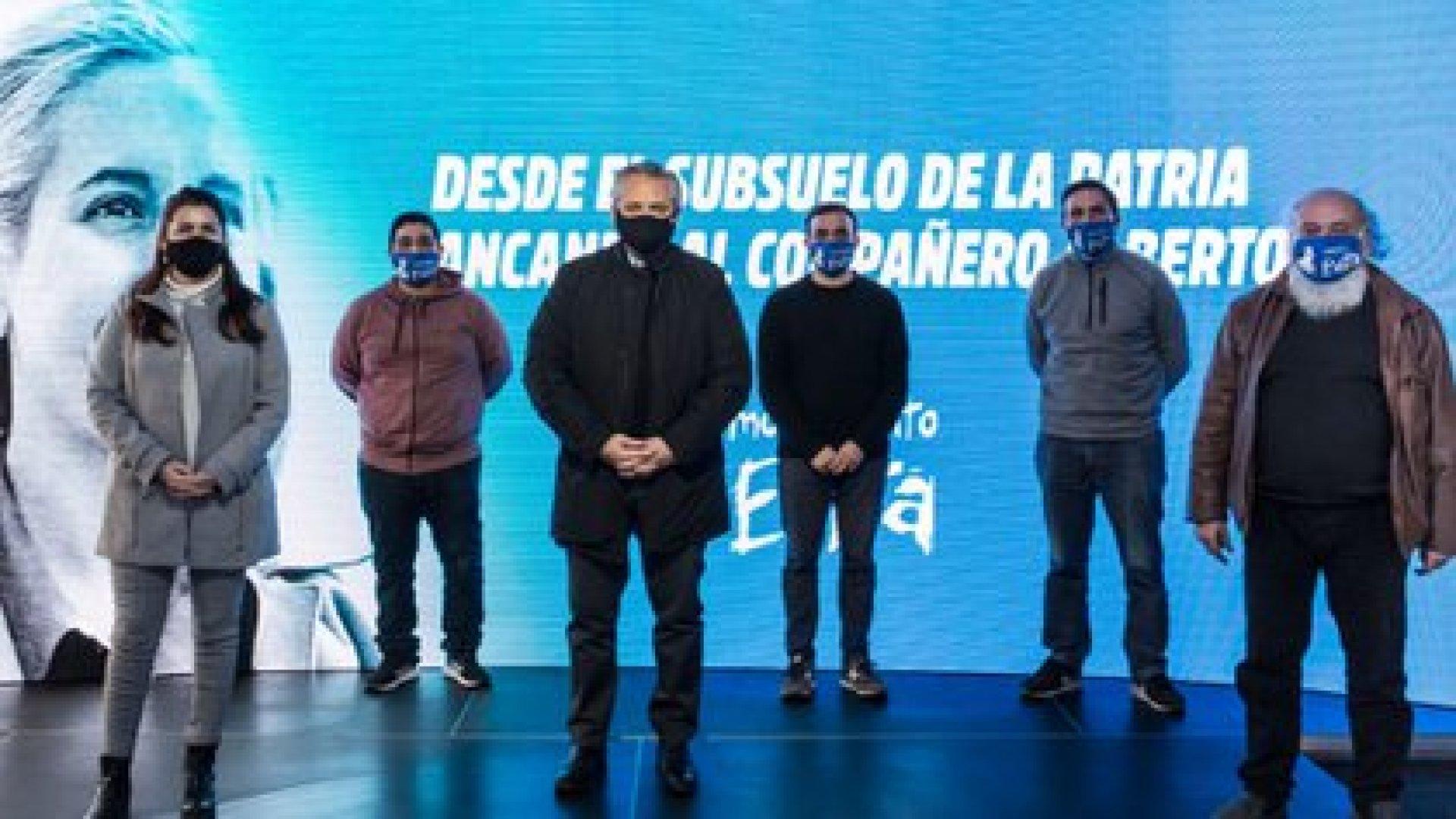 Emilio Pérsico y otros dirigentes del Movimiento Evita junto al presidente Alberto Fernández con quien acordaron vacunar a los trabajadores de los comedores para evitar que cierren ante la segunda ola del COVID-19