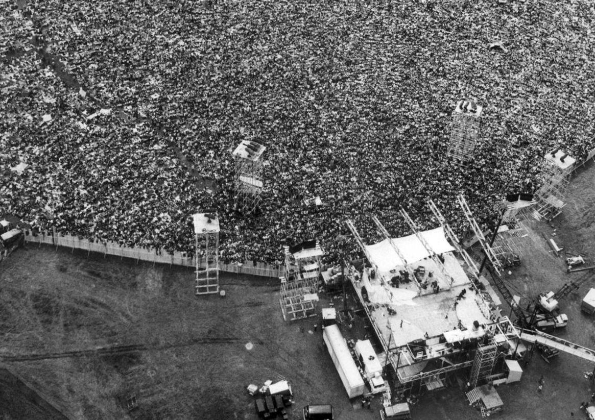 Los fanáticos de la música se reúnen en el escenario en el Festival de Música y Artes de Woodstock original (Foto: AP)