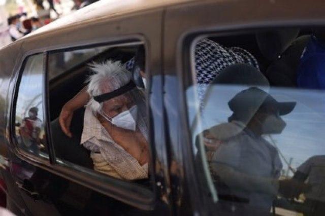 Imagen de archivo. Un anciano espera para recibir la vacuna de Sinovac contra el COVID-19 en Ciudad de México, México. 25 de marzo de 2021. REUTERS/Edgard Garrido