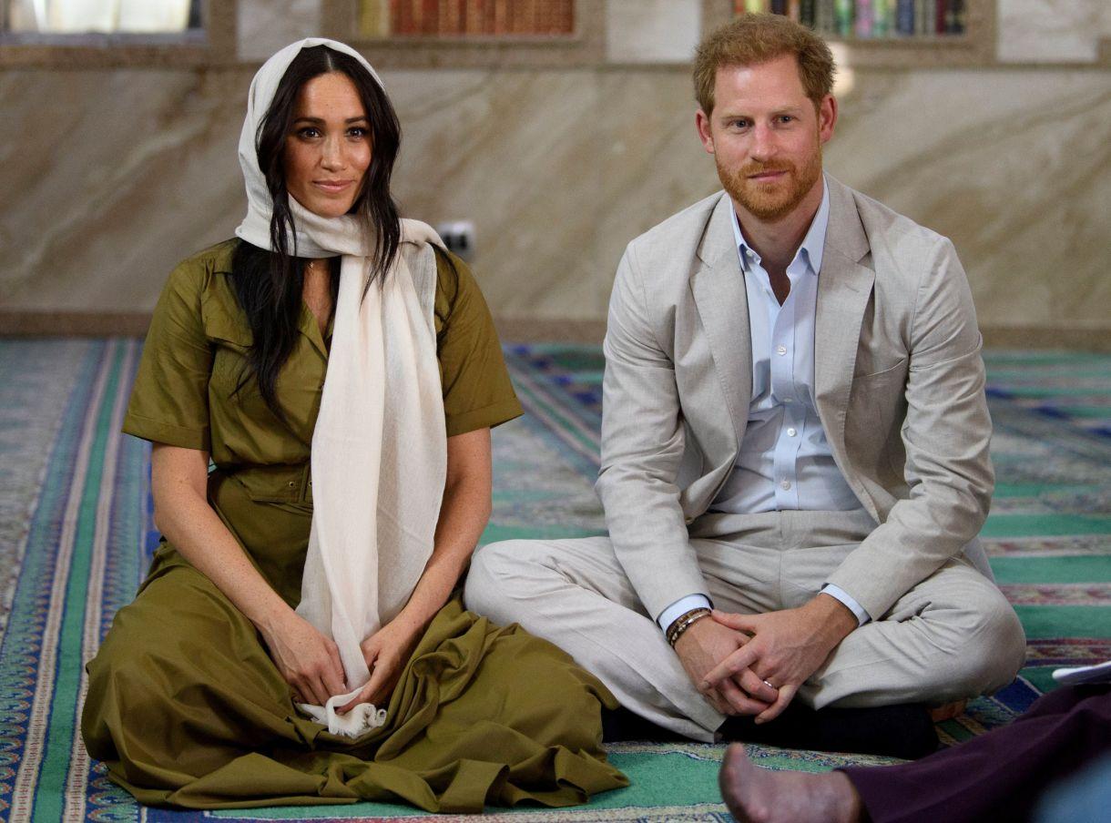 Meghan Markle y el príncipe Harry en una mezquita de Sudáfrica el 24 de septiembre de 2019 (Tim Rooke/Pool via REUTERS)