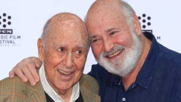 Carl Reiner with his son Rob, also a film producer. It was he who announced the death of the prolific comedian (EFE)