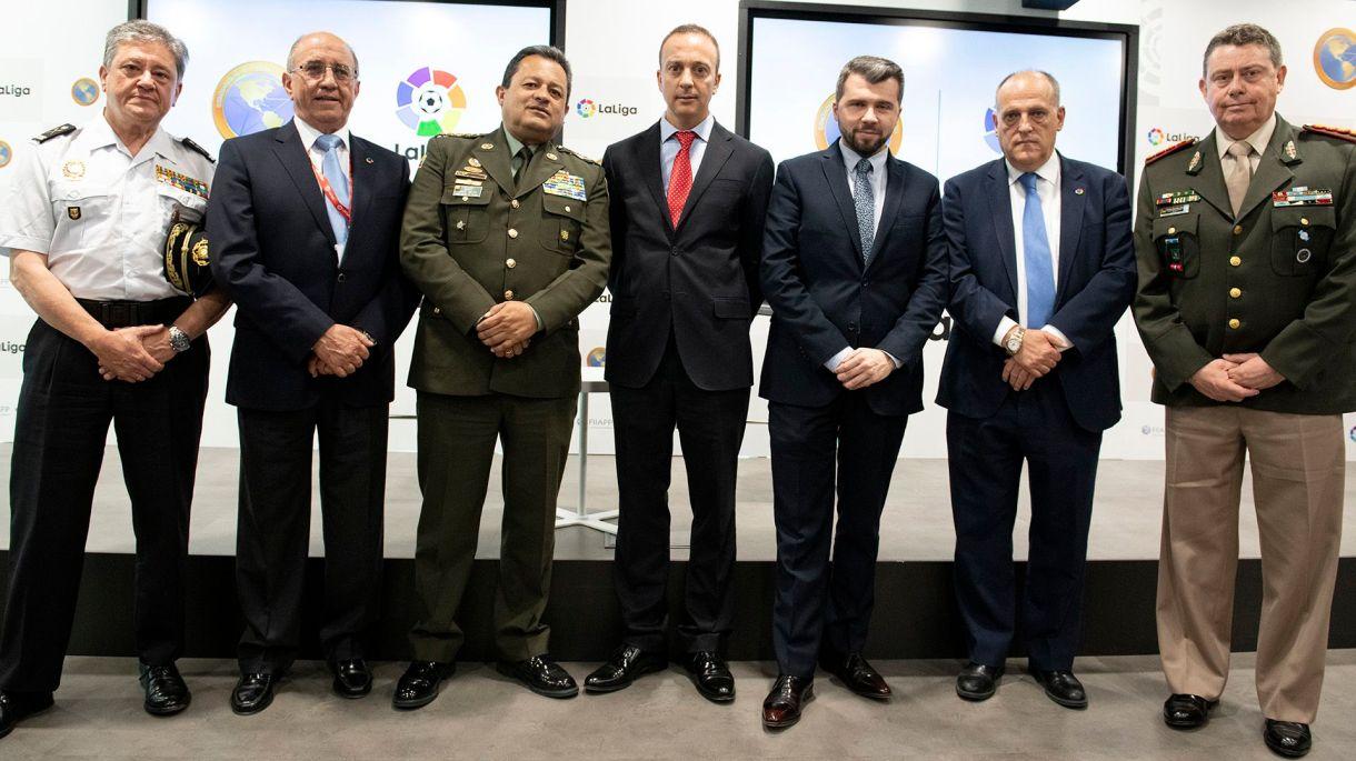 Autoridades de la Liga de España y Ameripol, luego de la firma del convenio que busca erradicar la corrupción deportiva