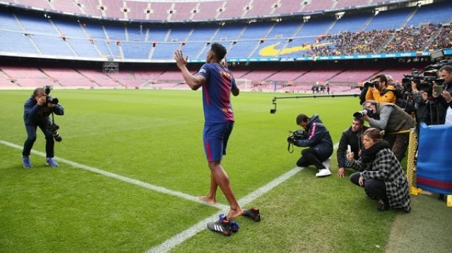Yerry Mina ingresó descalzo al Camp Nou por una creencia religiosa (Reuters)