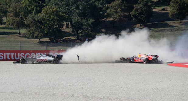 Max Vertappen tuvo un choque en la segunda curva y debió abandonar la carrera. En total, ocho pilotos no pudieron terminar el circuito REUTERS/Luca Bruno