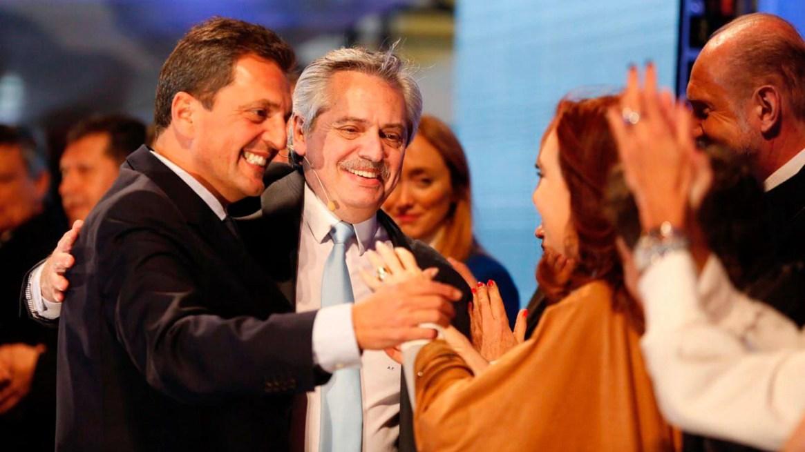 El primer abrazo de Sergio Massa, Fernández y Cristina Fernández, en el cierre de Rosario