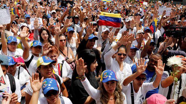La multitudinaria marcha de las mujeres de este sábado (Reuters)