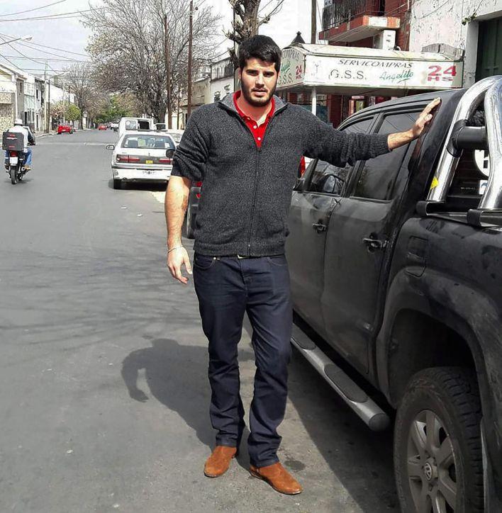 El asesino junto a la camioneta en la que persiguió y hostigó K., su ex pareja
