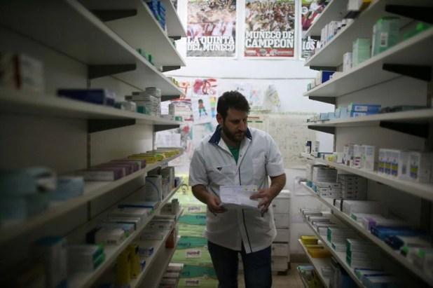 Los farmacéuticos advierten que están recibiendo los productos con fuertes subas (REUTERS/Agustin Marcarian)