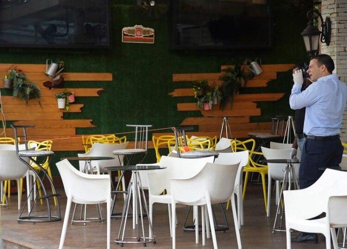 La policía busca evidencia en el bar de Santo Domingo donde David Ortiz fue baleado el 9 de junio del 2019. (AP Photo/Luis Gómez)