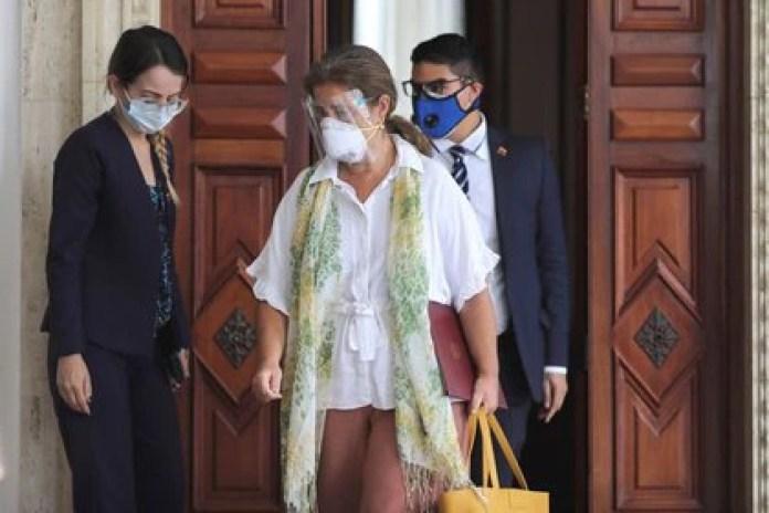 La jefa de la delegación de la Unión Europea en Venezuela, Isabel Brilhante Pedrosa, abandona la sede del Ministerio de Relaciones Exteriores tras una reunión con el canciller Jorge Arreaza en Caracas el 24 de febrero de 2021. REUTERS/Manaure Quintero