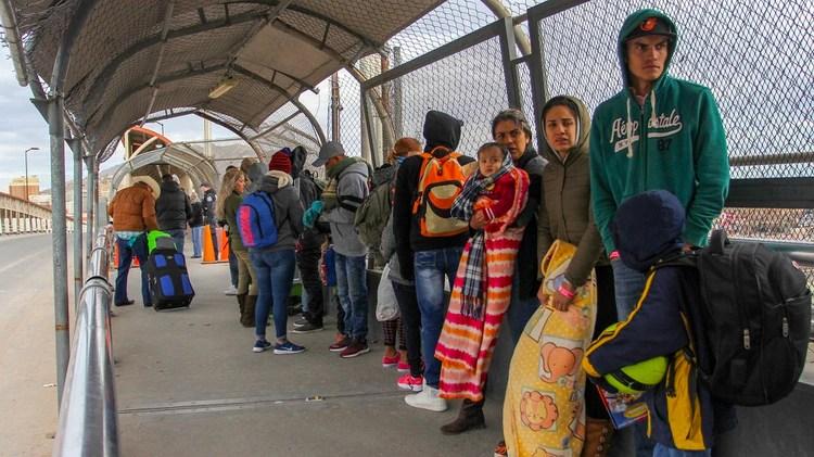 Inmigrantes venezolanos en Ciudad Juarez, México, hacen fila para pasar a Estados Unidos (Herika MARTINEZ / AFP)