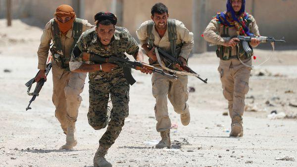 Milicias árabes y kurdas se lanzaron pobre la ciudad de Raqqa (Reuters)