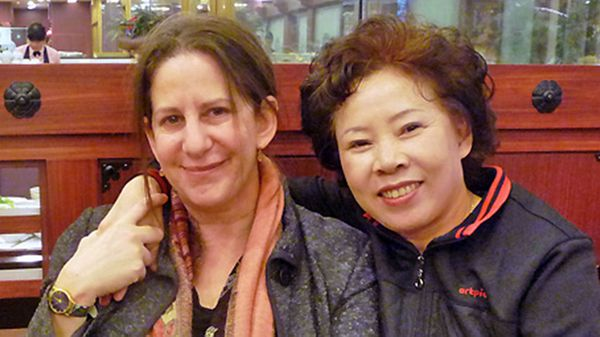 Barbara Demick (izquierda) junto a Song (derecha), una mujer de origen norcoreano