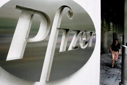 Foto del logo de la empresa estadounidense Pfizer en la sede mundial de la compañía en Nueva York (Estados Unidos). EFE/Justin Lane