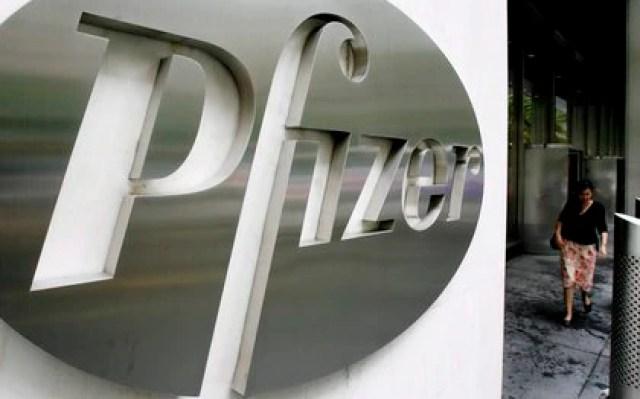 Foto del logo de la empresa estadounidense Pfizer en la sede mundial de la compañía en Nueva York (Estados Unidos) (Foto: EFE/Justin Lane/Archivo)