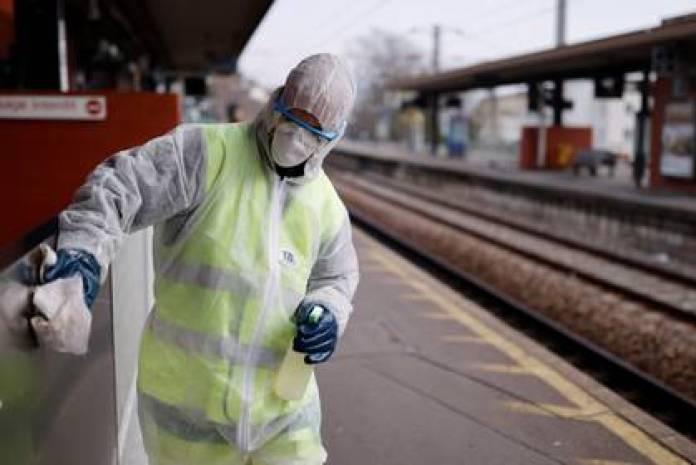 Un trabajador limpia con desinfectante una estación de tren en Francia (Reuters)